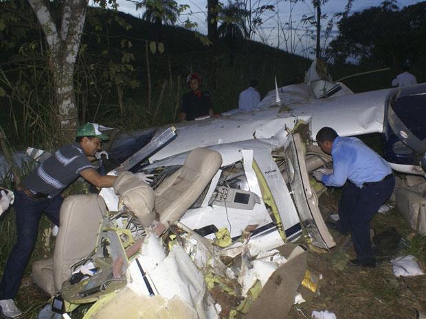 Menina de 13 anos sobreviveu à queda de avião bimotor em região rural da Venezuela; cinco ocupantes morreram.