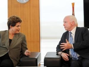 Presidente Dilma Rousseff em encontro com o senador americano John McCain nesta segunda-feira (10).
