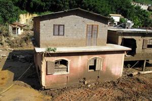 Casa 'anda' cerca de 8 m com a força da enxurrada em Itaipava (Bernardo Tabak/G1)