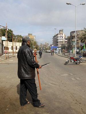Egípcios se armam com paus, correntes e facas para proteger bairros de saqueadores