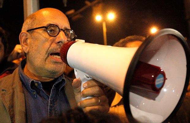 Elbaradei fala a manifestantes na Praça Tahrir neste domingo (30)