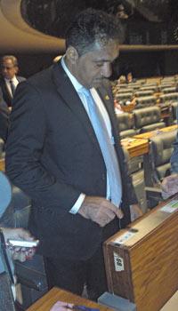 O deputado Tiririca experimenta o sistema de votação no plenário da Câmara