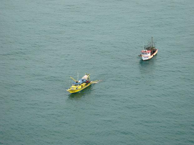 Barco do pescador ficou à deriva no litoral catarinense na madrugada desta quinta-feira (10) (Foto: Divulgação/Batalhão de Aviação da Polícia Militar de Santa Catarina)