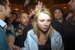 Imagem da repórter na Praça Tahrir, no Cairo, divulgada pela CBS (Foto: AP)