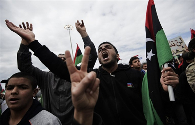 Manifestantes antigoverno gritam slogans anti-Kadhafi nesta quinta-feira (10) em Benghazi, no leste da Líbia (Foto: Reuters)