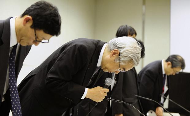 Executivos da Tokyo Electric Power Co. pedem perdão pela crise nuclear japonesa durante entrevista nesta segunda-feira (14) em Tóquio (Foto: Reuters)