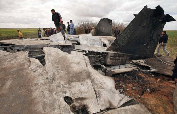 Pessoas observam destroços do jato F-15E que caiu na Líbia (Foto: Suhaib Salem/Reuters)