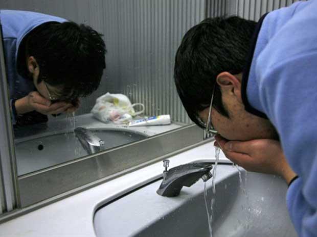 Autoridades de saúde dizem que radição detectada na água que abastece Tóquio e outros cinco distritos periféricos é prejudicial a bebês, mas não é nociva aos adultos. (Foto: Go Takayama / AFP Photo)