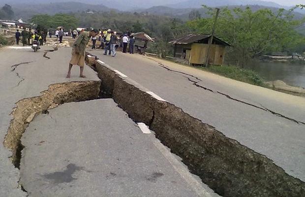 Morador observa estrago provocado pelo terremoto na cidade birmanesa de Tarlay nesta sexta-feira (25) (Foto: AP)