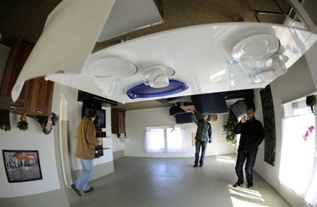 Mobiliário também está de cabeça para baixo. (Foto: Holger Hollemann/AFP)