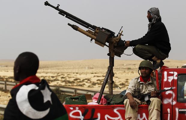 Rebeldes guardam posição em estrada próximo à cidade líbia de Brega nesta sexta-feira (30) (Foto: Reuters)