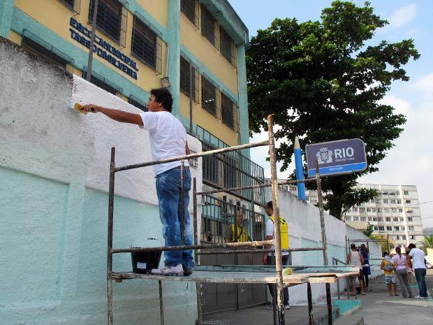Reforma Só Sei Que Nada Sei Sobre O Meu Ppr: Marcos Gerbatim Ajuda Na Pintuira Do Muro Da Escola Onde
