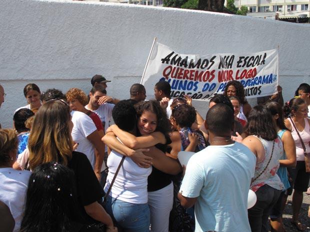 Ex-alunos Se Abraçam E Uma Faixa Pede A Volta Das Aulas No