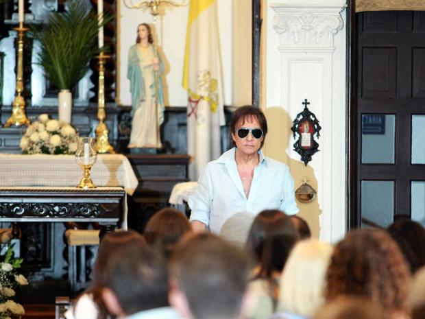 a87f3f65a41aa Roberto Carlos participa de missa de 1 ano de morte de sua mãe