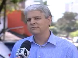 Corretor de imóveis teve carro multado em frente à garagem de casa em Vitória (Foto: Reprodução/TV Gazeta de Vitória)