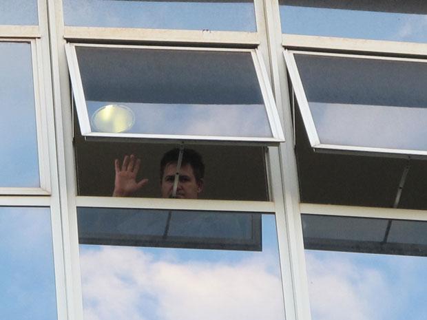 Marrone acena da janela do hospital (Foto: Luciana Bonadio/G1)