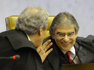 Os ministros Ayres Britto, relator das ações sobre união homossexual, e Ricardo Lewandowski durante julgamento no Supremo (Foto: Dida Sampaio / Agência Estado)
