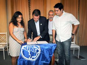 Prefeito Eduardo Paes sanciona lei da meia passagem para estudantes (Foto: Divulgação/Prefeitura)