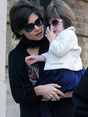 A pequena Suri com a mãe, a atriz Katie Holmes.  (Foto: AFP)