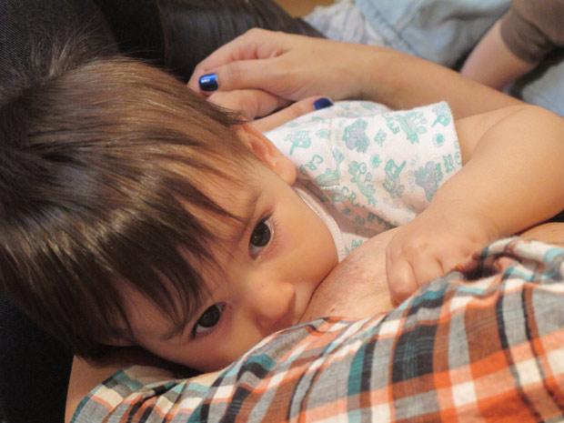 Carol Queiroz, 33 anos, amamenta o filho Leon, 10 meses, durante encontro de mães (Foto: Glauco Araújo/G1)