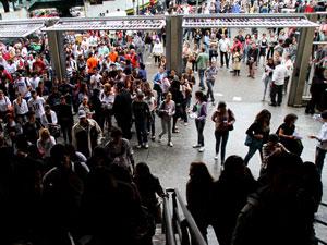 Candidatos entram para fazer o Enem em 2010 em São Paulo (Foto: Daigo Oliva/G1)
