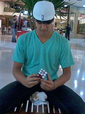 Daniel Barradas, de 15 anos, tenta resolver um cubo mágico, 'jogo nerd' criado na década de 70 (Foto: Arquivo Pessoal)