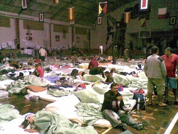 No quartel de Charitas, bombeiros presos continuam dormindo em colchonetes espahados no chão de um galpão., (Foto: Divulgação)