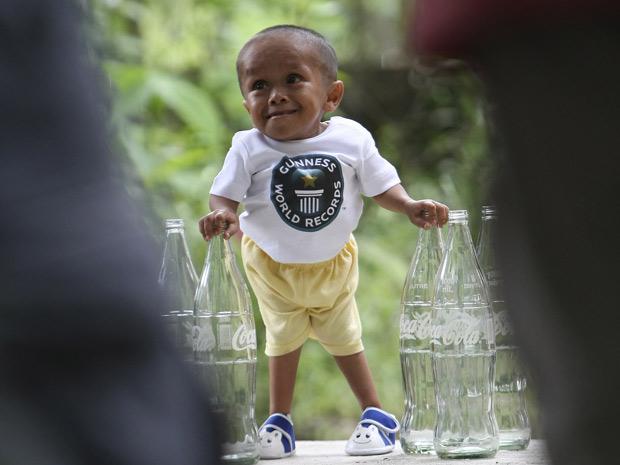 Equipe do Guinness mediu neste sábado (11) a altura de Junrey Balawing e confirmou a marca de 61,5 centímetros. (Foto: Bullit Marquez / AP Photo)
