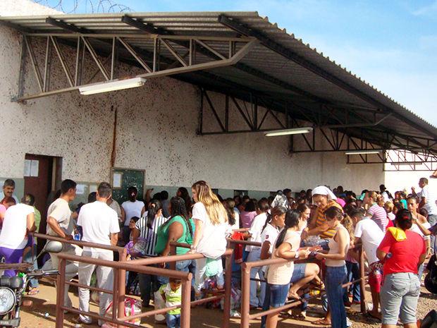 e4b5df8164 Fila para visita na Penitenciária Central do Estado, em Cuiabá (Foto: Kelly  Martins
