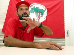 José Rainha Júnior fala sobre ocupações de fazendas na Bahia em 2004 (Foto: Agência A Tarde / Arquivo /  Agência Estado)