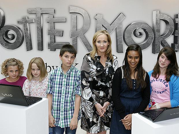 J.K. Rowling posa com crianças durante o anúncio oficial de Pottermore (Foto: AP)