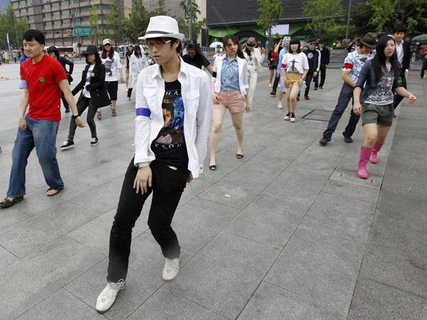 Fãs sul-coreanos promovem flashmob em homenagem a Michael Jackson neste  sábado (25) b3362c20c9856