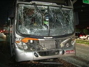 Acidente com 3 ônibus que levavam funcionários de Siderúrgica no ES (Foto: Reprodução/TV Gazeta)