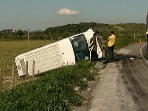 Acidente com van de cantor sertanejo capixaba em Guarapari (Foto: Reprodução/TV Gazeta)