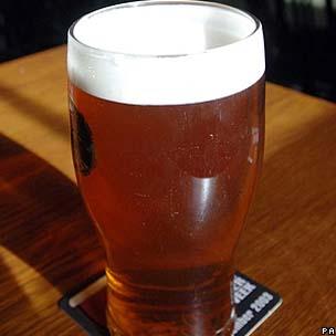O consumo de cerveja teria sido importante para a sobrevivencia dos antigos europeus (Foto: BBC)