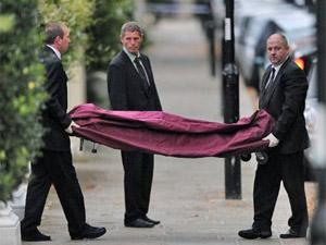 Policiais retiram corpo de Amy Winehouse em Londres (Foto: AFP)