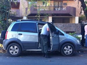 O carro da juíza é periciado (Foto: Thamine Leta/ G1)