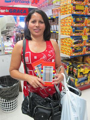c484e8472 A lojista Fátima gostou dos lenços para dar de presente ao marido no Dia  dos Pais