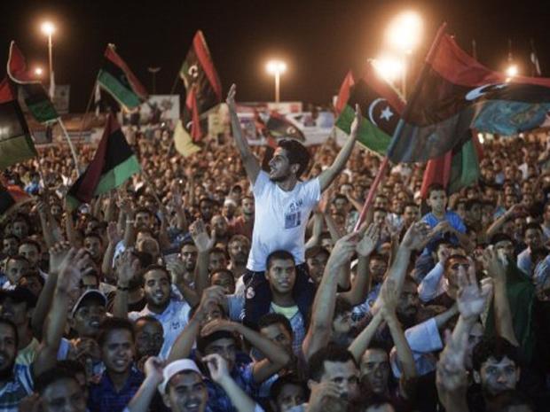 Milhares de líbios saíram às ruas na cidade de Benghazi para comemorar o que os rebeldes estão chamando de primeiro levante contra o regime de Kadhafi  (Foto: Gianluigi Guercia/AFP)