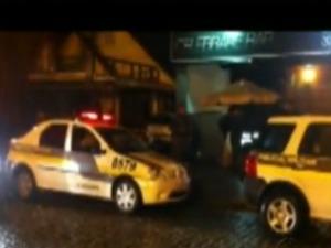 Brigas terminaram em tiroteio na frente do bar. (Foto: Reprodução RPC TV)