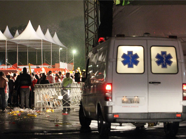 Ambulância no Anhembi, onde parte de um camarote desabou durante show de Ivete Sangalo na noite deste sábado (20) (Foto: Evelson de Freitas/AE)