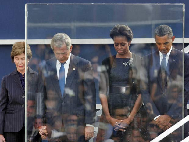 Ando Preferindo Ter Paz Do Que Razão Por Isso A Razão é: O Presidente Barack Obama E O Ex-presidente George W. Bush