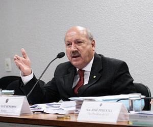 O senador Luiz Henrique da Silveira, relator do texto do Código Florestal, durante reunião da CCJ nesta quarta (21) (Foto: Agência Senado)