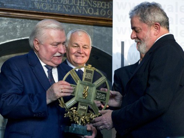 Lech Walesa entrega prêmio ao ex-presidente Lula (Foto: Adam Nurkiewicz / AFP)