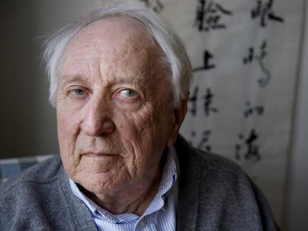 O poeta sueco Tomas Tanströmer, anunciado nesta quinta-feira (6) vencedor do Nobel de Literatura, posa para foto em sua casa, em Estocolmo, na Suécia (Foto: AP)