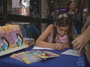 Beatriz autografou 132 cópias de seu livro de histórias (Foto: Imagem TVAM)