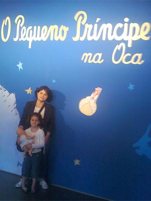 Simone Miletic e a filha Carol em exposição sobre o livro 'O Pequeno Príncipe' (Foto: Arquivo pessoal)
