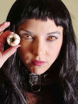 e29d369d7c Mulher usa lentes de contato coloridas para complementar fantasia de  Halloween (Foto: The New