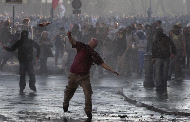 Confusão manifestação Itália (Foto: AP)