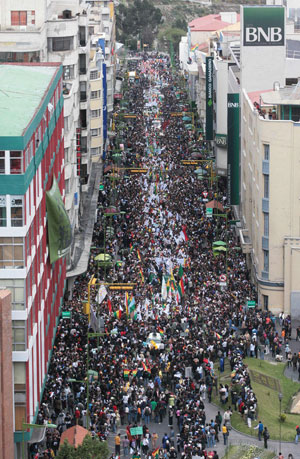 Milhares demonstraram apoio aos indígenas nas ruas de La Paz (Foto: Reuters)